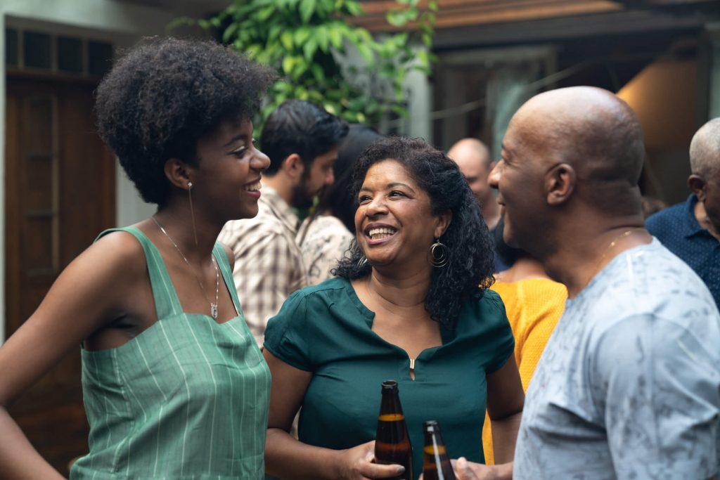 3 amigos bebendo e rindo