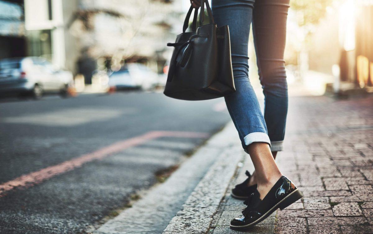 foto sapato de uma mulher na rua