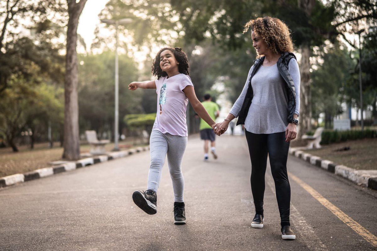 mãe e filha caminhando