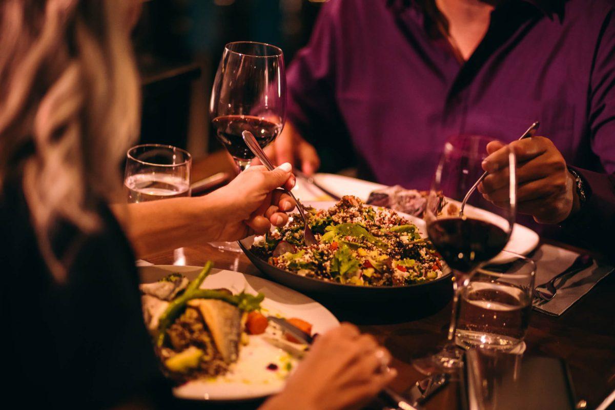 casal jantando e harmonizando vinho