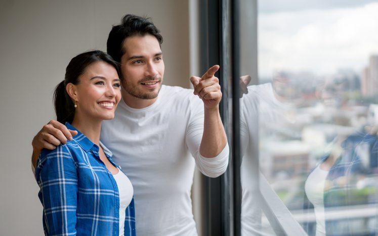 casal olhando pela janela